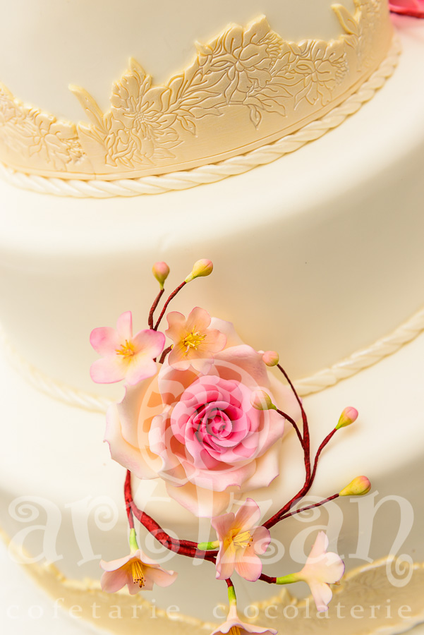 Tort de nunta cu trandafiri 1