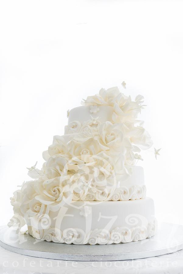 Tort cu trandafiri albi 1