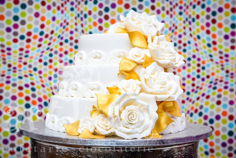 Tort cu trandafiri albi